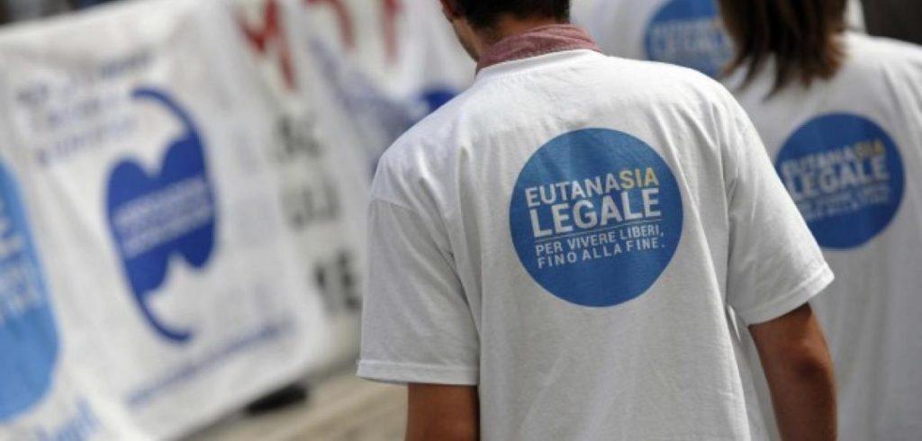 """Immagine: persona di spalle con la maglietta """"Eutanasia Legale"""""""