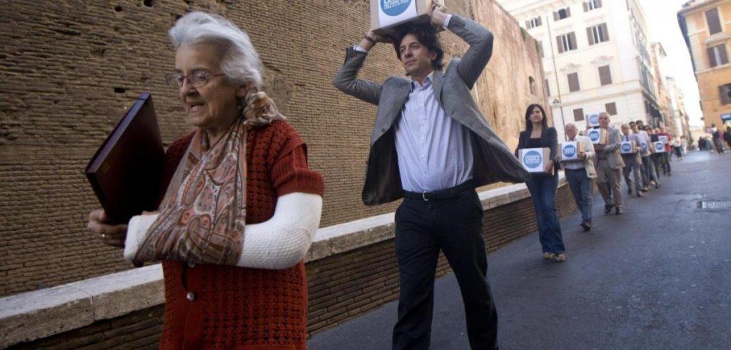 Mina Welby e Marco Cappato nel 2013, durante il deposito della proposta di legge popolare su eutanasia e testamento biologico