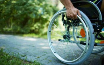 Disabile che spinge la sua carrozzina