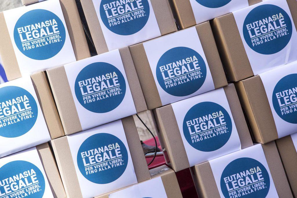 Scatoloni contenenti le firme della proposta di legge di iniziativa popolare Eutanasia Legale