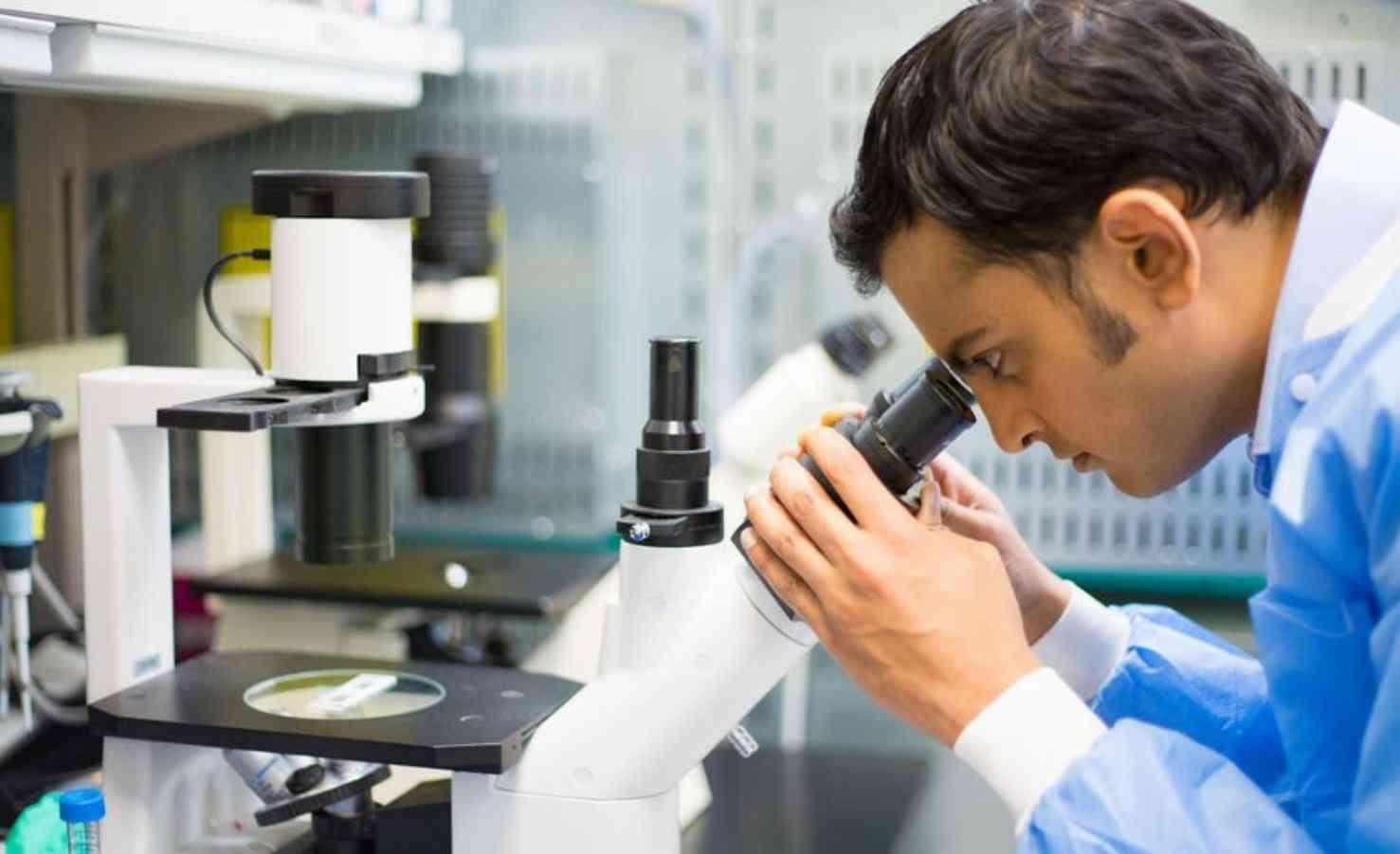 Immagine di un ricercatore che guarda nel microscopio