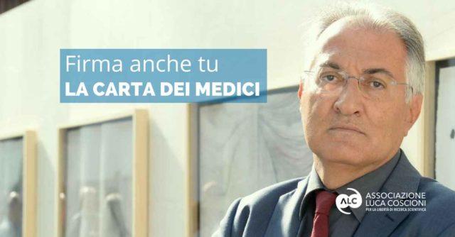 Fotografia del dott. Mario Riccio che invita a firmare la carta dei medici