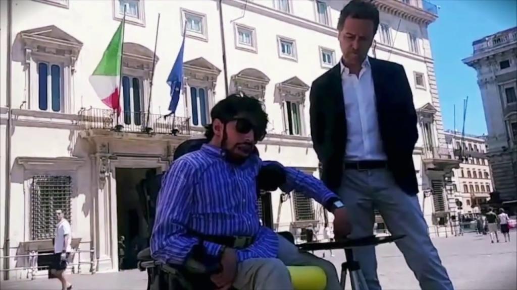 Marco Gentili e Mario Staderini consegnano la lettera al Presidente del Consiglio