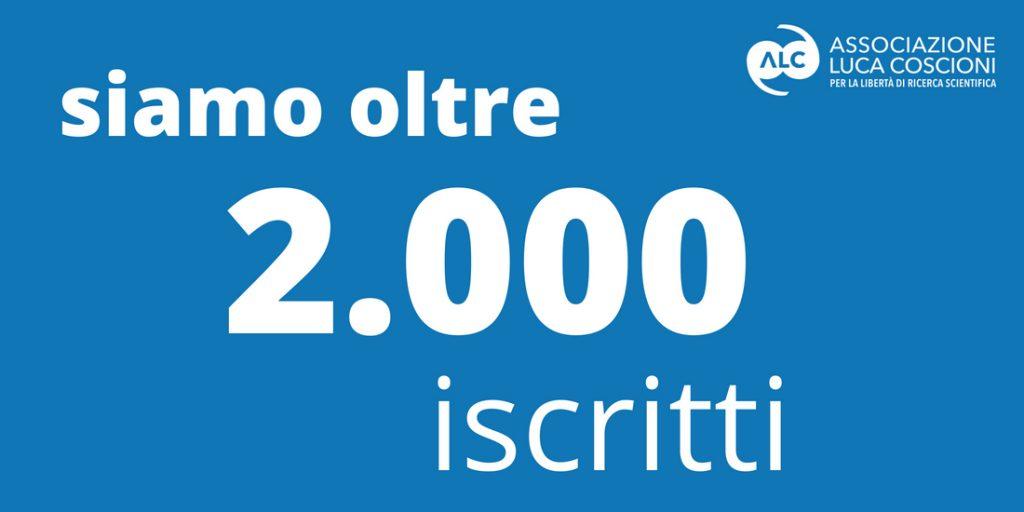 cartello con scritta siamo oltre 2000 iscritti