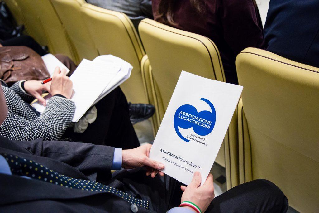 Un Parlamentare dell'intergruppo sulle scelte di fine vita tiene in mano la cartellina dell'associazione luca coscioni