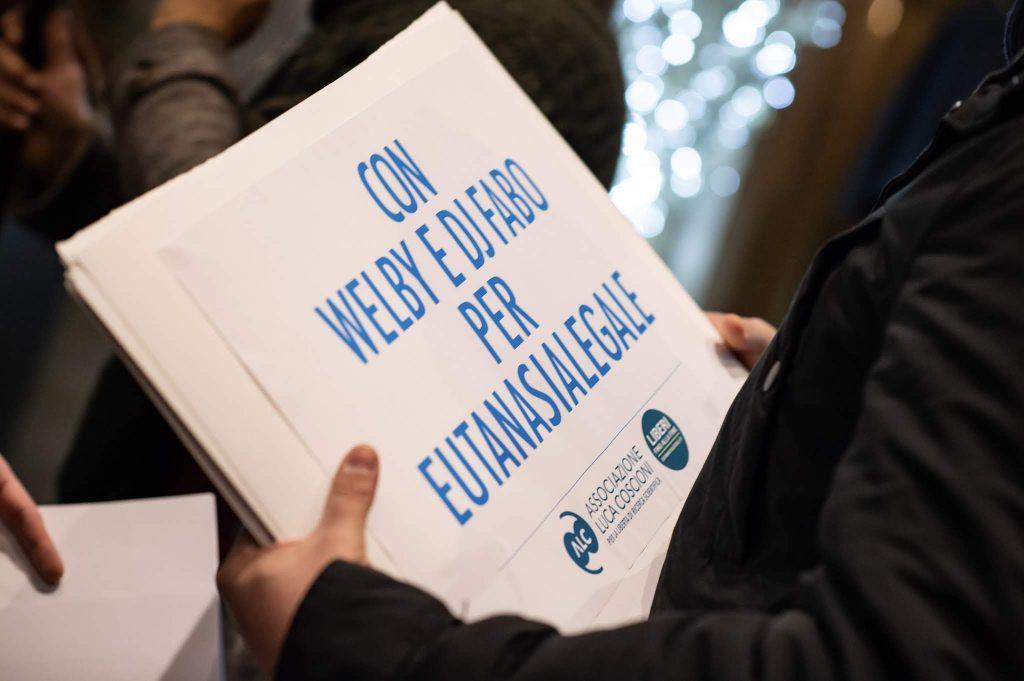 """Cartello """"Con Dj Fabo e Welby per l'eutanasia legale"""". Camminata Welby del 18 dicembre 2018"""