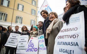 Parlamento, ricordati dell'eutanasia. Manifestazione a Montecitorio dopo l'approvazione della legge sul testamento biologico.
