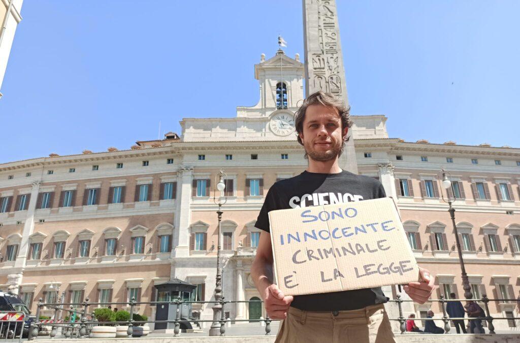 Matteo Mainardi torna a Montecitorio il giorno dopo il sequestro della sua pianta di Cannabis
