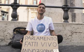 Francesco Scinetti in presidio permanente sotto Montecitorio per l'eutanasia legale