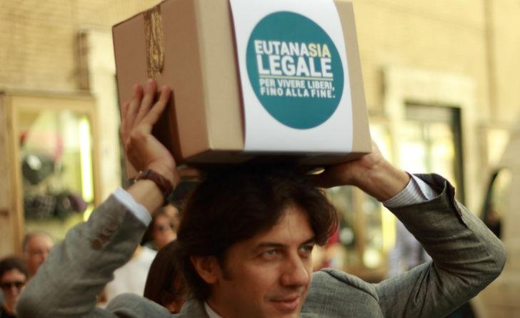 Marco Cappato con uno scatolone pieno di firme nel 2013 alla consegna della proposta di legge di iniziativa popolare per l'eutanasia legale