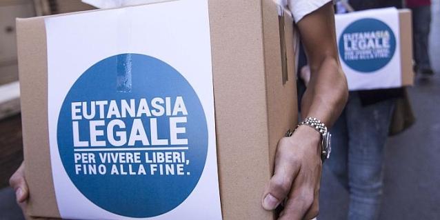Scatoloni contenenti firme della proposta popolare Eutanasia Legale